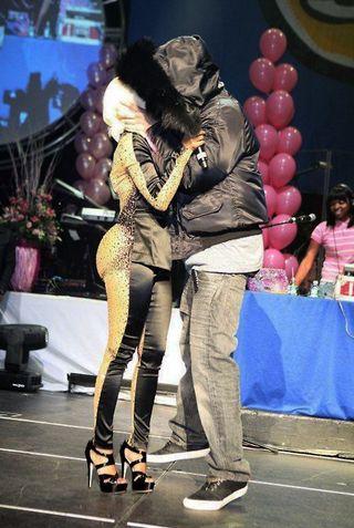 pics of nicki minaj and drake kissing. Nicki-and-drake-kissing-hot-97